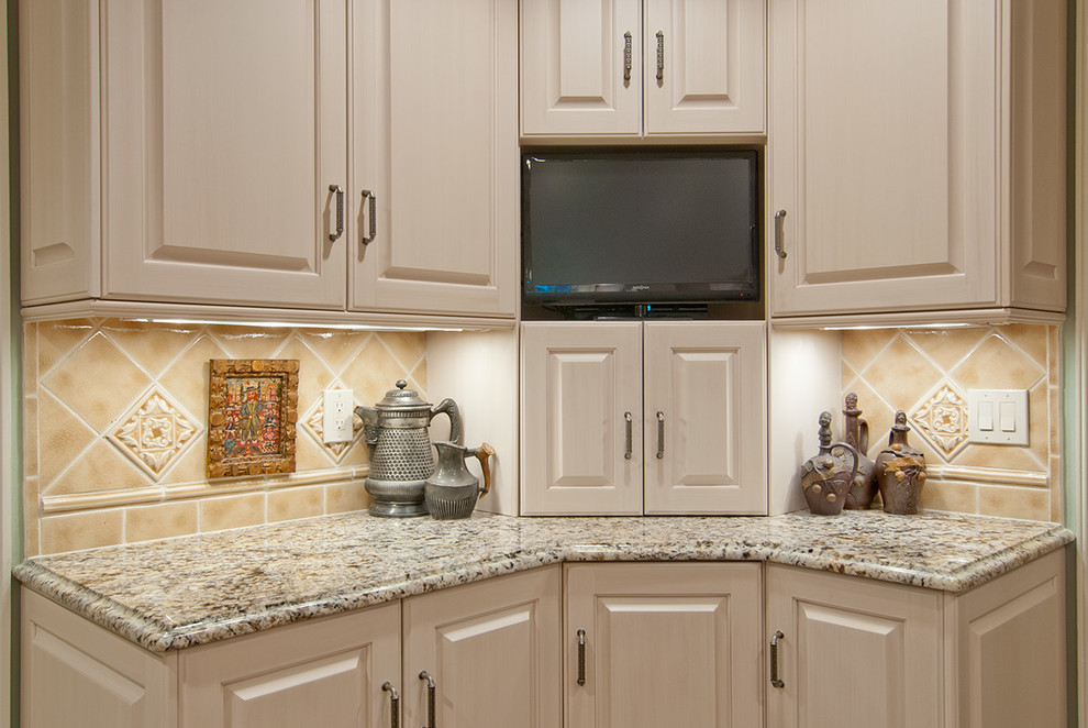 Sensa Granite for Traditional Kitchen with Custom Cabinetry