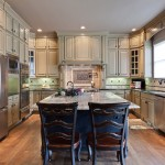 Medallion Cabinets for Traditional Kitchen with Kitchen Island